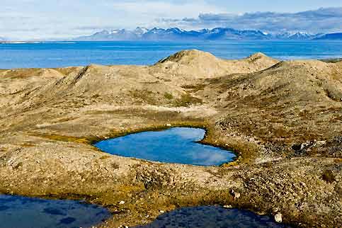 La nature qui, si souvent ces derniers temps, se rappelle aux hommes par ses colères en lui infligeant de terribles blessures, leur offre aussi d'émouvantes correspondances. A l'image de ce cœur creusé dans le moraine d'un glacier qui s'est retiré. Cette troublante photo, qui n'a fait l'objet d'aucune retouche, a été prise au Spitzberg, vaste territoire placé sous souveraineté norvégienne, situé à environ 78° de latitude nord, à 1000 kilomètres au sud du pôle Nord. Tout un symbole de douceur et d'avenir dans un archipel où les scientifiques viennent d'installer une immense «arche de Noé» conservant les échantillons de l'ensemble des graines vivrières de la planète.