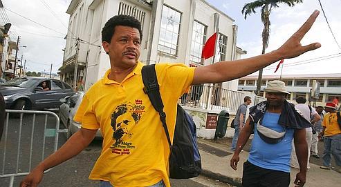 En quatre semaines de grève générale, le syndicaliste Élie Domota s'est métamorphosé en leader d'un mouvement qui s'est durci ces derniers jours en Guadeloupe.