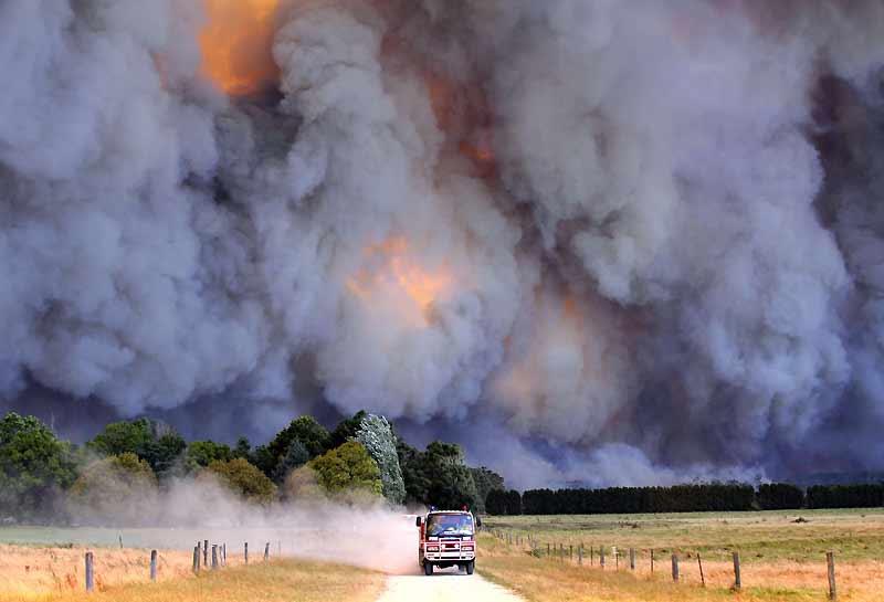 A pleine vitesse, un camion de pompiers évacue la zone des incendies qui ont ravagé le sud-est de l'Australie. Souvent impuissants, en raison des vents violents, les soldats du feu ont été contraints de laisser les flammes dévorer le bush. Depuis le 7 février, ces incendies, dont certains sont le fait de pyromanes, ont tué au moins 200 personnes. Environ 500 blessés ont été recensés, près d'un millier d'habitations ont été détruites et 365000 hectares sont partis en fumée. Des milliers de pompiers combattaient toujours, en milieu de semaine, une trentaine d'incendies près de Melbourne, dans l'Etat de Victoria, le plus touché par la catastrophe.