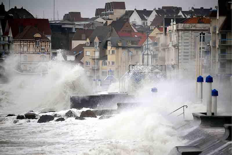 Après la tempête Klaus, qui a dévasté le Sud-Ouest, sa sœur, baptisée Quinten, s'est abattue, dans la nuit de lundi à mardi derniers, dans l'Ouest, le Centre et l'Est et a traversé sans dégâts l'Ile-de-France. Dans le Nord-Pas-de-Calais, comme ici à Wimereux, la mer a inondé les quais. Principale victime de la violence du vent : le réseau électrique. Plus de 400 000 foyers ont été privés d'électricité. Les Pays de la Loire ont été les plus touchés (59 800 foyers privés de courant), suivis du Poitou-Charentes (40 200), de la Bourgogne (39 500) et du Centre (39 000). Selon Météo France, les rafales de vent ont atteint 140 km/h sur les côtes et 120 km/h dans les terres.