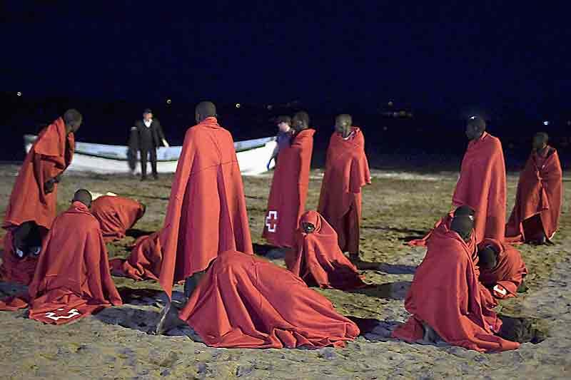 Un groupe de 67 immigrés clandestins vient de s'échouer sur la plage de Fañabe, tout près de Santa Cruz de Tenerife (îles Canaries). Les plus jeunes d'entre eux n'ont même pas 18 ans. Bien que leurs jours ne soient pas en danger, ils présentent tous les signes d'hypothermie. Aussi leur a-t-on distribué des couvertures avant de les acheminer vers le centre d'accueil espagnol de Las Palmas et, de là, vers le continent, où leur situation sera étudiée au cas par cas. Pour la grande majorité, leur rapatriement est compliqué du fait qu'ils n'ont pas de papiers et se disent originaires de pays africains avec lesquels l'Europe n'a que peu de contacts diplomatiques.