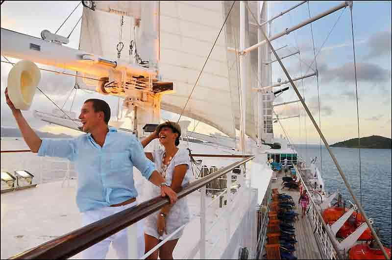 «Bienvenue aux îles» ! Le bonheur d'un jeune couple de passagers à bord de ce cinq-mâts spectaculaire.