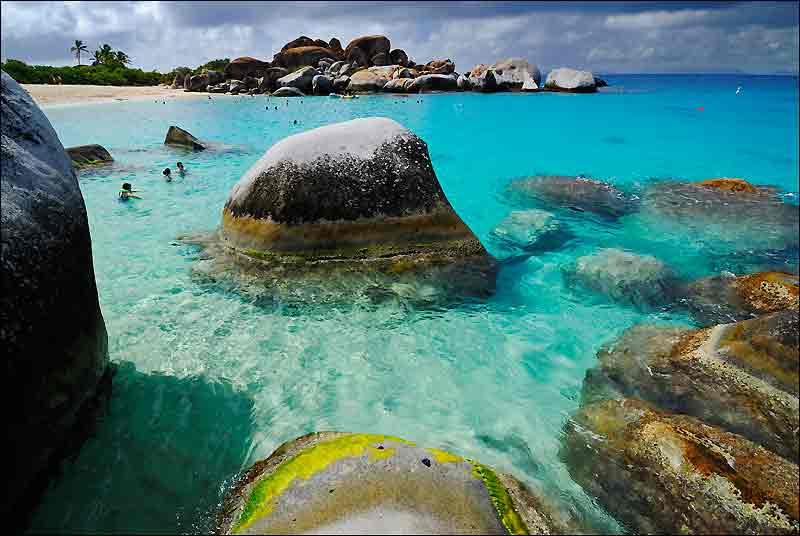 The Baths, site le plus célèbre de Virgin Gorda, dans les îles Vierges britanniques. Un chaos de roches granitiques baigné d'eaux limpides, proche de la perfection.