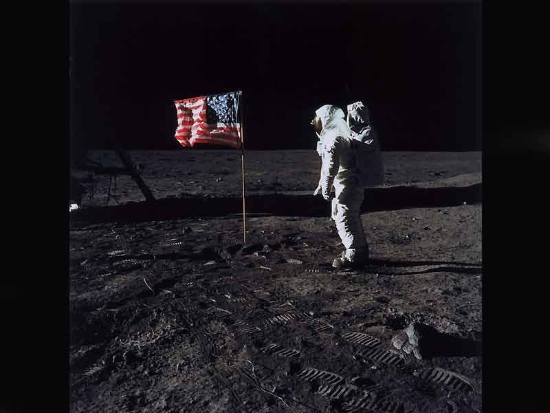 Le 20 juillet 1969, Apollo 11 se pose sur la Lune. L'événement, diffusé par les télévisions du monde entier, a lieu en pleine nuit pour les Français. L'homme fait ses premiers pas devant des millions de spectateurs. Mais ce document photographique de la Nasa où l'on voit Buzz Aldrin est sujet à soupçons. En 2001, une poignée de sceptiques soutiennent la théorie du complot : il s'agit d'un montage récréé en studio et filmé par le cinéaste de 2001, L'Odyssée de l'espace, Stanley Kubrick. (DR/Actes Sud/Musée de l'Elysée)