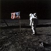 LA THÉORIE DU COMPLOT Le 20 juillet 1969, Apollo 11 se pose sur la Lune. L'événement, diffusé par les télévisions du monde entier, a lieu en pleine nuit pour les Français. L'homme fait ses premiers pas devant des millions de spectateurs. Mais ce document photographique de la Nasa où l'on voit Buzz Aldrin est sujet à soupçons. En 2001, une poignée de sceptiques soutiennent la théorie du complot : il s'agit d'un montage récréé en studio et filmé par le cinéaste de 2001, L'Odyssée de l'espace, Stanley Kubrick. (DR/Actes Sud/Musée de l'Elysée)