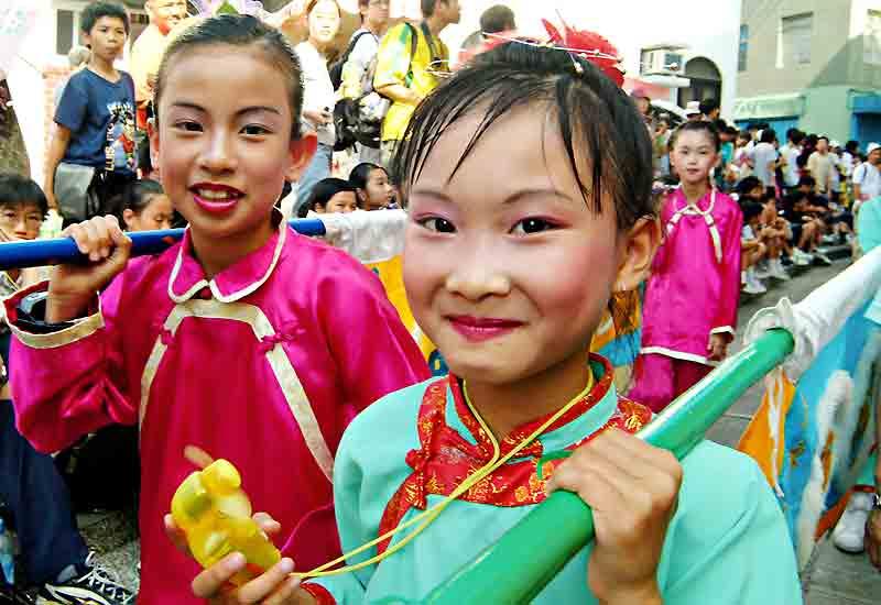 La Fête des petits pains (Bun Festival) à Cheung Chau, procession costumée et joyeuse cacophonie.