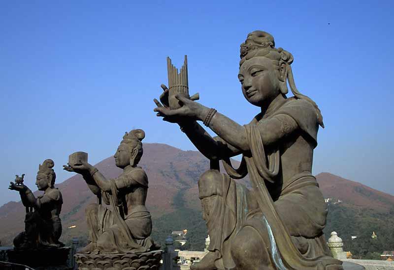 Trois des six Boddhisatvas du monastère de Po Lin sur l'île de Lantau.