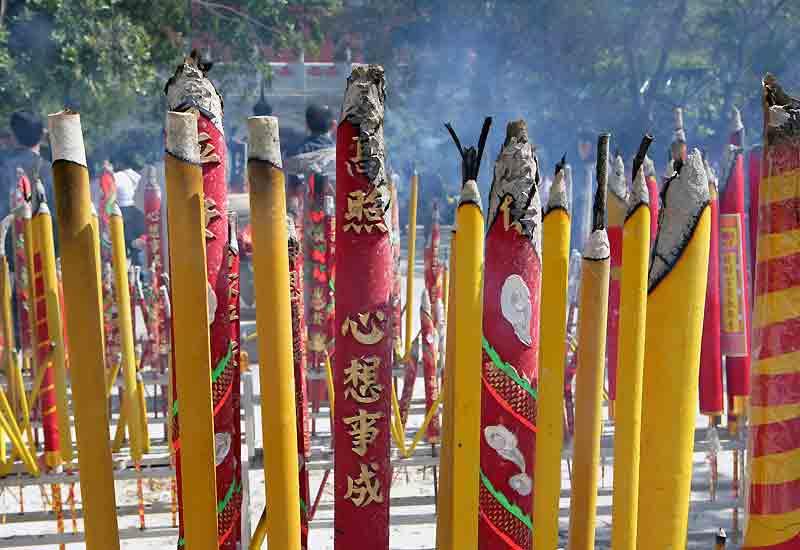 Parfums d'encens et prière au monastère de Po Lin.