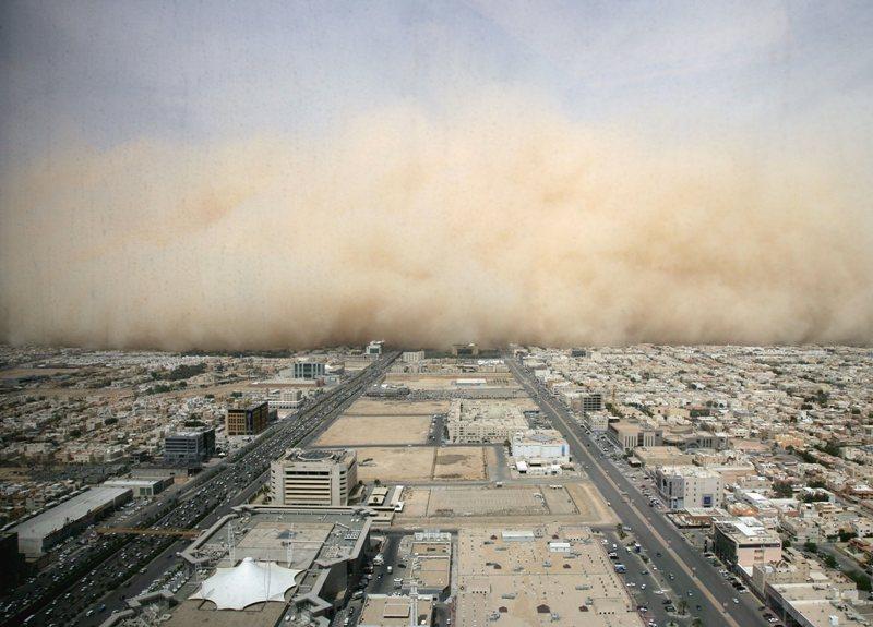 C'est la troisième fois en deux mois que Riyad, la capitale de l'Arabie saoudite, est ensevelie sous une aussi impressionnante tempête de sable et de poussière. La faute en incombe au manque de pluie et, à chaque fois, toute l'économie de la villes'en trouve paralysée. Il ne faut que quelques heures au paysage pour virer au beige, puis à l'ocre, avant que la visibilité ne devienne quasi nulle.Il faut alors fermer l'aéroport ainsi que les écoles, et tous les habitants qui n'y sont pas obligés évitent de sortir. Ce qui c'empêche aucunement le sable de s'infiltrer partout, dans les yeux comme dans les poumons, à travers les fenêtres mal jointes et les circuits de climatisation.