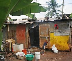 Dans la banlieue de Mamoudzou, les sans-papiers s'entassent dans des «bangas».