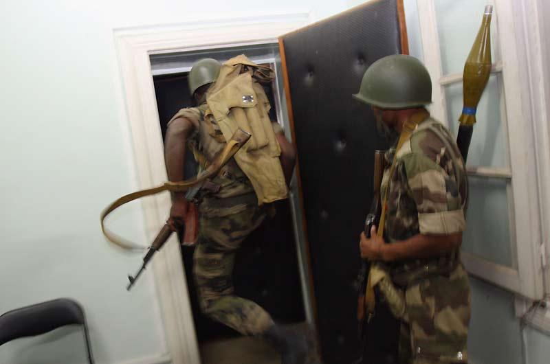 Le chef de l'Etat malgache Marc Ravalomanana a annoncé mardi sa démission après deux mois de crise. Lundi soir, l'armée investissait les bureaux de la présidence dans le centre d'Antananarivo pour «précipiter son départ». C'est désormais chose faite et le pouvoir a été remis à un «directoire militaire».