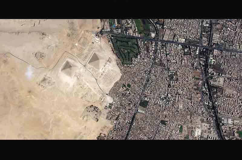 Mardi s'est ouvert à Paris, au siège de l'UNESCO, une exposition destinée à montrer l'action de cette institution internationale dans les domaines du développement durable et du changement climatique. «Planète Terre : des lieux vus de l'espace», montre des images satellites saisissantes comme ici l'urbanisation du Caire, en Egypte, qui touche les pyramides de Gizeh.