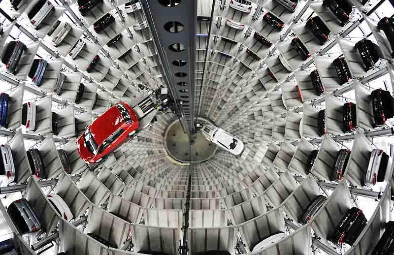 Ceci n'est ni une usine dernier-cri, ni une image tirée d'un film de science-fiction. Non, ici, en Allemagne, on est au coeur de l'une des deux tours d'Autostadt (littéralement la ville-voiture), plus grand centre de distribution de quatre-roues au monde, conçu par le géant Volkswagen.