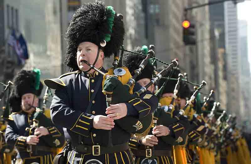 Le défilé de la Saint-Patrick, en hommage aux Irlandais ayant fait souche aux États-Unis, est traditionnellement le plus vieille et la plus imposante parade organisée dans les rues de New York. Ici, les cornemusiers remontent la Cinquième Avenue.