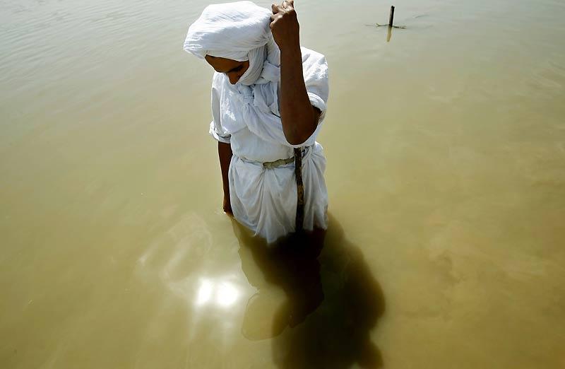 Fidèles de Saint-Jean Baptiste, la communauté des Sabéens tend à disparaître dans un Irak soumis à la guerre et à l'islamisation. 60 000 membres continuent de braver le danger et viennent se purifier dans les eaux du Tigre, près de Bagdad.