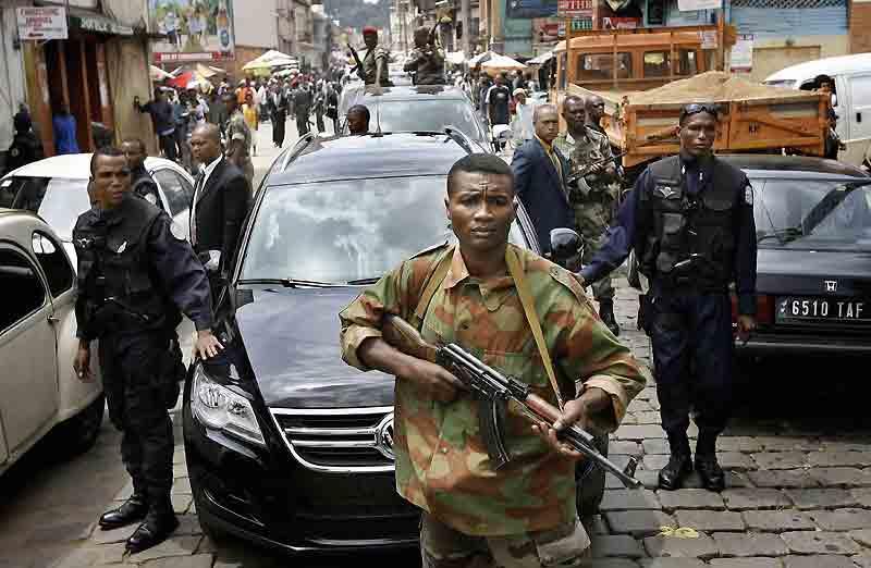 Sous bonne escorte, Andry Rajoelina, qui a pris la tête des autorités provisoires à Madagascar, a fêté mercredi sa victoire et la démission du président Marc Ravalomanana par un grand rassemblement sur la place du 13-Mai, au coeur d'Antananarivo.