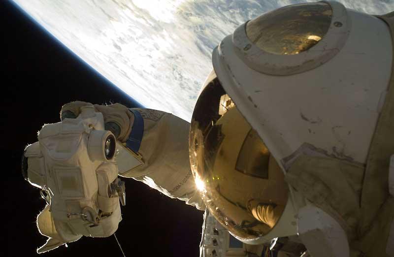 Sur cette image distribuée par la NASA, le cosmonaute Yury Lonchakov immortalise sa sortie de la Station Spatiale Internationale (ISS), éclairé par la brillance de la planète terre.