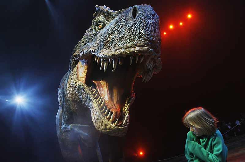 Ce tyrannosaure, présenté comme une star à Londres, continue d'effrayer les plus jeunes. Il est la vedette du nouveau documentaire présenté mercredi en avant-première mondiale par la BBC, un film exceptionnel que l'on verra sur les télévisions françaises dans quelques mois retraçant la grande épopée des dinosaures jusqu'à leur extinction, avec des images de synthèse exceptionnelles.