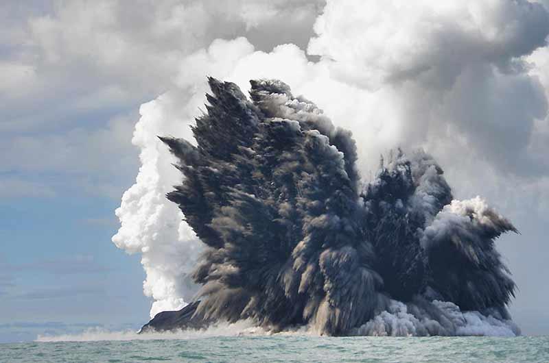 Quand la Terre fume, c'est splendide et ça ne fait pas de mal. Un volcan sous-marin est entré en éruption dans l'océan Pacifique au large des îles Tonga, situées à 750 km des îles Fidji et non loin de la Nouvelle-Calédonie. Tel un geyser, le volcan a craché vapeurs, fumées et cendres à plusieurs kilomètres de hauteur dans le ciel.