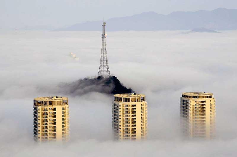 Une nappe de brouillard épaisse a enveloppé la ville de Taizhou, dans la province chinoise du Jiangsu, laissant les habitants de cette cité industrielle dans l'obscurité durant plus d'une journée.