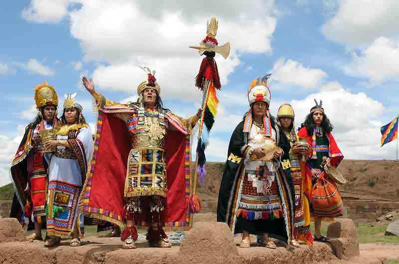 Fidèles aux traditions incas, ces indiens péruviens célèbrent, comme chaque année au mois de mars, les rites du Condor, animal mythique à qui ils vouent respect et admiration. Leur temple du Soleil : la citadelle de Tiwanaku.
