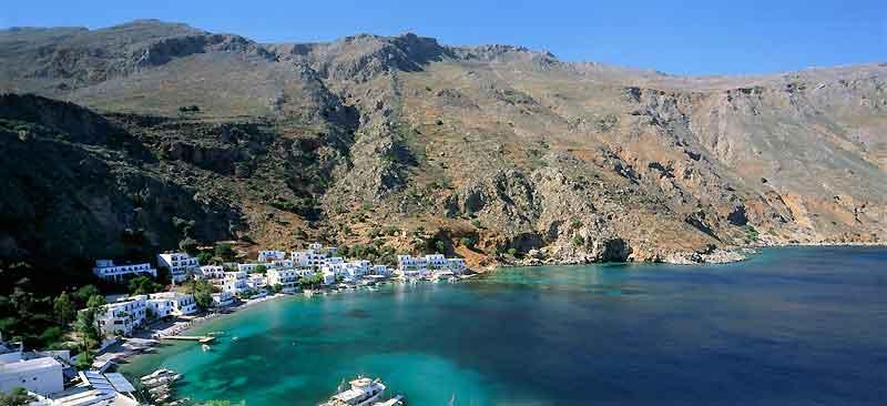 Le village de Loutro, sur la côte sud, occupe le site de l'antique Phoenix, port de la florissante cité d'Anopoli.