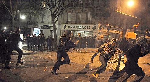 Des casseurs poursuivis par des CRS en marge de la manifestation du 19 mars à Paris.