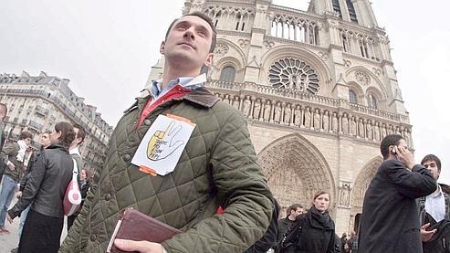 De jeunes catholiques manifestent devant Notre-Dame-de-Paris dimanche.