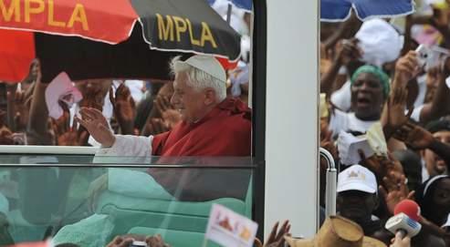 L'arrivée de Benoît XVI dimanche à Cimangola, dans la banlieue de la capitale angolaise Luanda, où des centaines de milliers defidèles s'étaient rassemblés pour assister à la messe célébrée par le Pape.