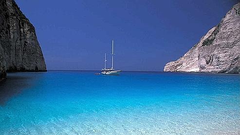 Un soupçon de bleu Méditerranée quelque part en Grèce... comme une invitation aux vacances. (M. Roberto/Hemis.fr)