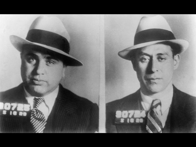 Al Capone et l'un de ses plus fidèles collaborateurs Frankie Rio après leur arrestation à Chicago en 1930. Le fameux gangster italo-américain a inspiré Brian de Palma qui réalisera ''les Incorruptibles'' avec Robert de Niro (1987).