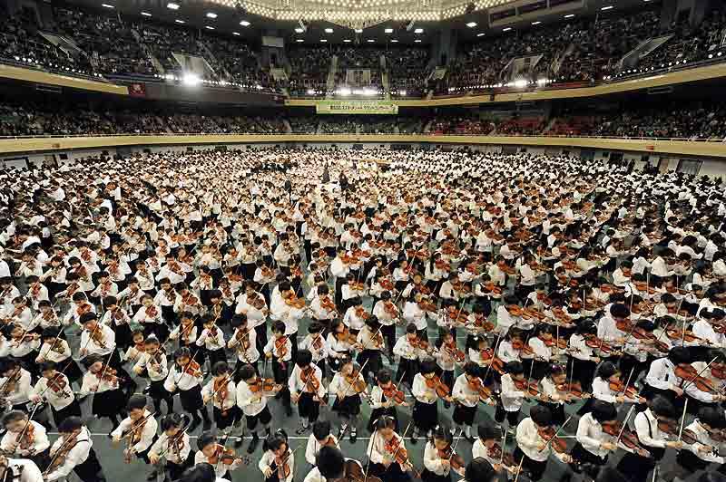 Plus de 3000 enfants musiciens, des Japonais, des Asiatiques ou des Occidentaux, ont été réunis à Tokyo, à l'occasion de la cérémonie de remise des prix du 52e grand concert de l'école de musique de la méthode Suzuki, le 30 mars dernier. Sans une fausse note, les petits prodiges ont montré leur talent au violon, au violoncelle et à la flûte. La méthode Suzuki est une pédagogie musicale inspirée des principes d'apprentissage de la langue maternelle. Une approche qui assure «développer de façon intuitive et ludique les capacités musicales présentes dans chaque enfant à partir de l'âge de 3 ans». Tout commence par l'écoute et la mémorisation.