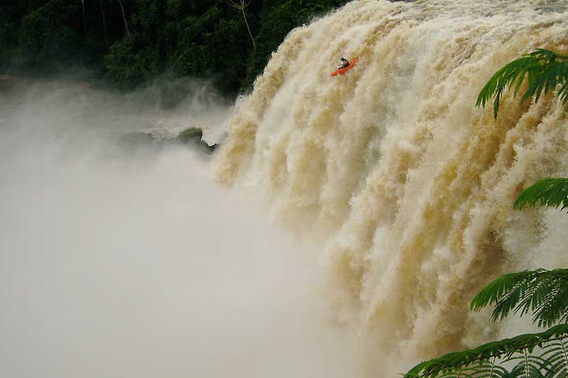 Une nouvelle fois, le kayakiste brésilien Pedro Olivia a défié la gravité en lançant son esquif dans les chutes de Salto Belo, parmi les plus dangereuses du Brésil. Une descente de 38 mètres dans des remous d'une violence inouïe. Comme suspendu dans les airs pendant 2,95 secondes, le jeune homme de 26 ans a touché l'eau à la vitesse de 110 km/h. Indemne, Pedro Olivia a finalement réapparu, déclarant détenir le nouveau record du monde. Un «trophée» qu'il possédait déjà avec une descente de 33 mètres. Cela fait déjà plus de 13 ans que ce trompe-la-mort développe sa technique, traversant le Brésil à la recherche des chutes et des rapides les plus extrêmes.