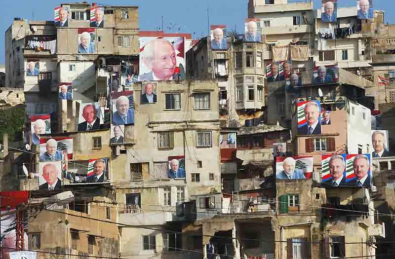 À voir la taille des draps qui sèchent sur certains balcons de ce pâté d'immeubles, on en déduit que ces affiches électorales n'ont sûrement pas le format réglementaire. Mais comme cette photo a été prise à Tripoli, au Liban, ce n'est pas l'aspect provocateur ou illégal d'une telle campagne qui frappe le plus, mais au contraire l'impression de paix qui s'en dégage. Car aucun de ces portraits de candidats n'est déchiré, et les habitants semblent nombreux à avoir osé proclamer très haut leur préférence. Ce qui constitue un indéniable progrès pour un pays aussi violent et déchiré que le pays du Cèdre. Espérons simplement que cela durera jusqu'au 7 juin, date des prochaines législatives.