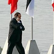 Le chef du gouvernement italien Silvio Berlusconi, pendu au téléphone, a raté samedi matin le début de la cérémonie du 60e anniversaire de l'Otan. (AP)