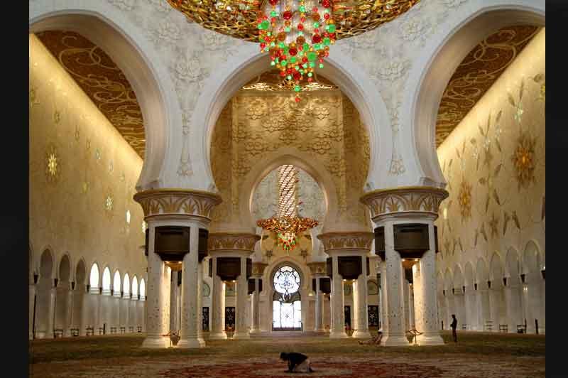 Un fidèle prie dans la troisième plus grande mosquée du monde (20 000 mètres carrés), celle de Sheikh Zayed, dans l'émirat d'Abou Dabi.