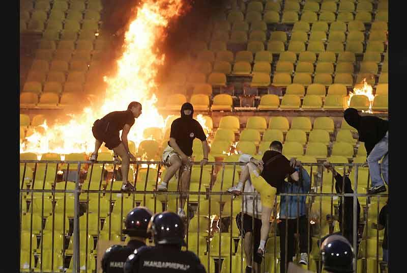 Les supporters du Red Stars de Belgrade n'ont pas apprécié que leur équipe soit battue 2 à 0 par celle de Partizan et ont mis le feu aux tribunes à la fin de ce match de football comptant pour le championnat serbe.