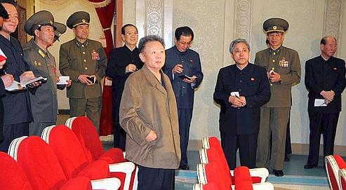 Alors que la Corée du Nord tirait une fusée au-dessus de l'archipel japonais, le régime de Pyongyang diffusait cette photographie non datée de Kim Jong-il inaugurant un théâtre récemment rénové dans sa capitale.