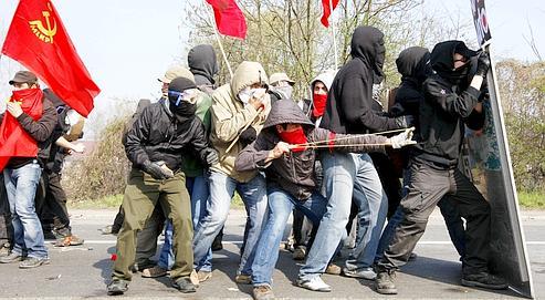 Des «Black Blocs» lors de la grande manifestation anti-Otan, samedi. Leur stratégie est de s'attaquer à des symboles du capitalisme en marge des rassemblements.