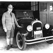 Le fondateur, Walter P. Chrysler , et la Chrysler 6 en 1924. DR
