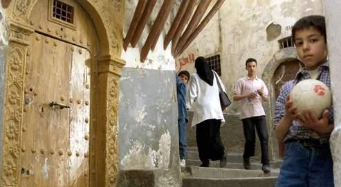 Classé par l'Unesco au patrimoine de l'humanité, le quartier de la casbah est en ruines. Il ne reste que quelque 900bâtiments debout, soutenus pour la plupart par des madriers. Les autres se sont effondrés comme des dominos.