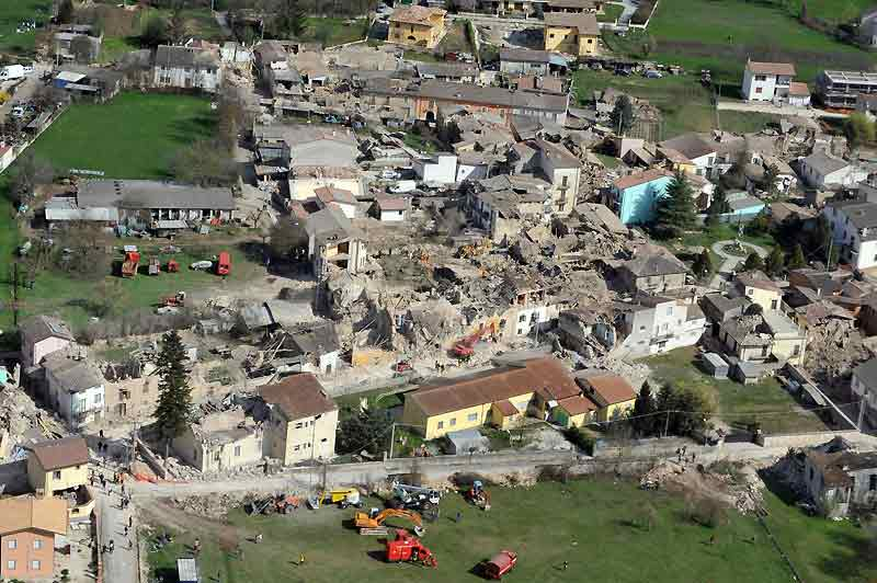 Comme un château de cartes, le village d'Onna a été ravagé par le tremblement de terre. De ce paisible bourg, épicentre du séisme qui a endeuillé les Abruzzes lundi à l'aube, il ne reste que d'énormes tas de gravats et des maisons éventrées. Une tragédie qui a fait 40 morts sur les 300 personnes qui y vivaient. Pratiquement aucune maison n'a résisté à la puissance dévastatrice des secousses et toutes ont été déclarées inhabitables par les autorités. Partout, des destructions et des familles brisées. Les rues ont disparu et sont encombrées de tonnes de briques et de béton écroulés. Les survivants du village tentent désespérément de fouiller les gravats pour retrouver de maigres objets personnels.