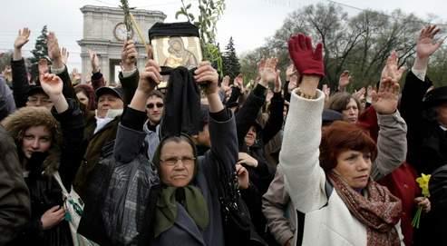 Des milliers d'opposants au régime communiste moldave ont défilé hier à Chisinau. Au Parlement, trois formations d'opposition ont dénoncé d'une même voix les violations flagrantes des droits de l'homme.