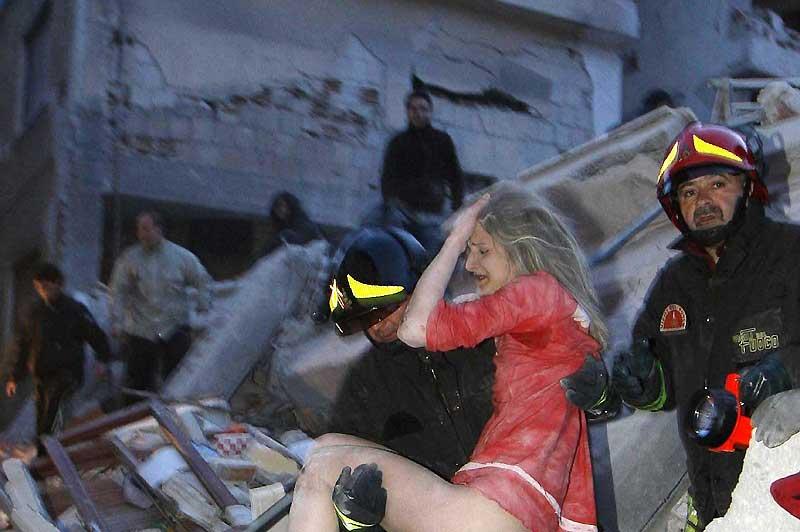 Après le terrible séisme qui a frappé la région des Abruzzes, dans le centre de l'Italie, la tragédie continue à bouleverser le pays. Le tremblement de terre, d'une magnitude de 6,3 sur l'échelle ouverte de Richter, a dévasté la région de L'Aquila, une ville de 68 000 habitants. De jour en jour, le bilan humain n'a cessé de s'alourdir : au moins 200 morts et 17 000 sans-abri.