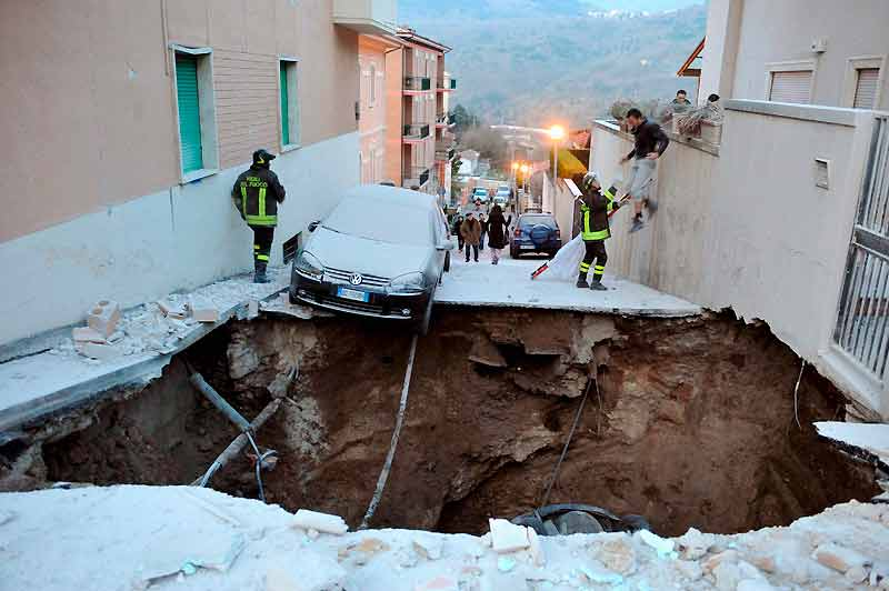Coupée en deux, une rue de L'Aquila s'est effondrée, engloutissant plusieurs véhicules. Alors que les répliques du séisme continuaient à secouer la région, les équipes de secours ont poursuivi inlassablement leurs travaux de déblaiement et d'assistance. Pour une fois, la classe politique italienne a mis de côté ses querelles habituelles et s'est montrée unie dans le deuil. Mais derrière l'unité nationale, une polémique ne cesse de s'étendre. En effet, un scientifique italien assure avoir prévenu les autorités, quelques semaines avant le cataclysme, de l'imminence d'un important séisme dans la région de L'Aquila, du fait d'une concentration anormalement élevée de gaz radon dans les zones à risque. En vain.