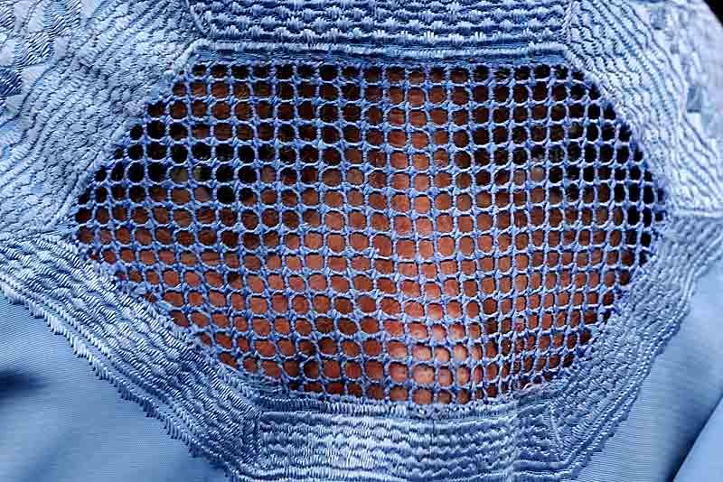 Un des plus hauts responsables religieux de la minorité chiite d'Afghanistan a proposé un projet de loi controversé sur les femmes. Il stipule notamment qu'il est «de la responsabilité de l'épouse d'être prête à satisfaire sexuellement son mari et de ne pas quitter la maison sans autorisation ».
