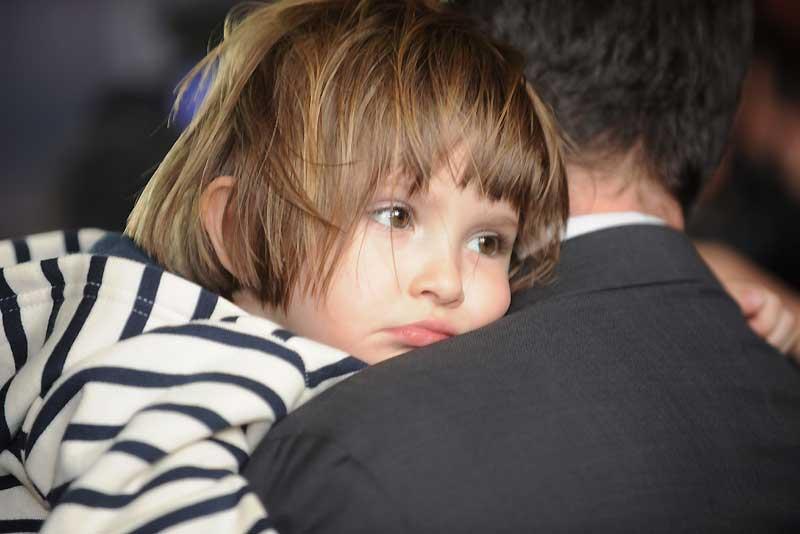 Élise, la fillette franco-russe enlevée le 20 mars à Arles (Bouches-du-Rhône), est rentrée en France mardi soir avec son père français, deux jours après avoir été retrouvée en Hongrie aux côtés de sa mère russe qui tentait de franchir la frontière avec l'Ukraine.