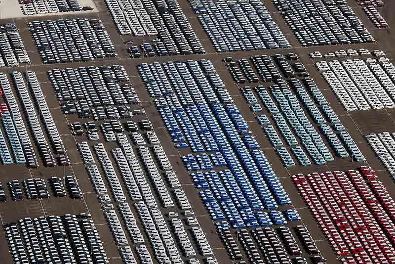 Crise économique oblige, qui touche plus particulièrement le secteur automobile, des milliers de voitures neuves invendues sont parquées sur les docks de Sheerness, dans le Kent (Grande-Bretagne).