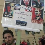 «Ces deux hommes ont été tous deux élus démocratiquement», peut-on lire sur cette pancarte associant Obama à Hitler. Crédits photo : Dell Pratt.