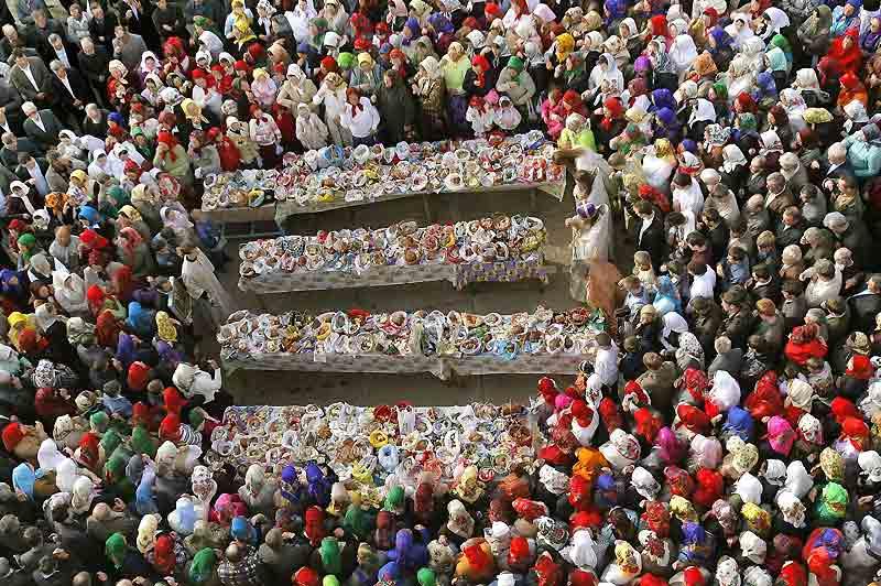 La minorité russe, principalement orthodoxe, qui vit dans la région du delta du Danube à l'est de la Roumanie célèbre Pâques. Cette population est principalement composée de pêcheurs. Ici à Sarichioi, les fidèles attendent que les prêtres bénissent la nourriture.